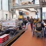 Arbeiten und messen in der Werkhalle