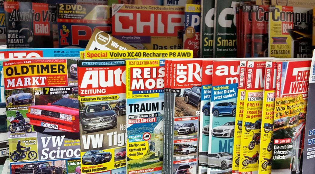 Sie sehen ein Angebot von Zeitschriften in einem Regal