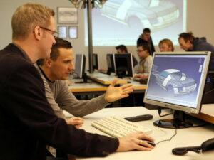 Technikerschule, arbeit an einem 3D-Modell am Computer
